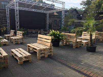 Sitzgarnituren aus Paletten für ein Event